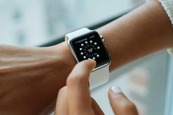 montre connectée sur un bras